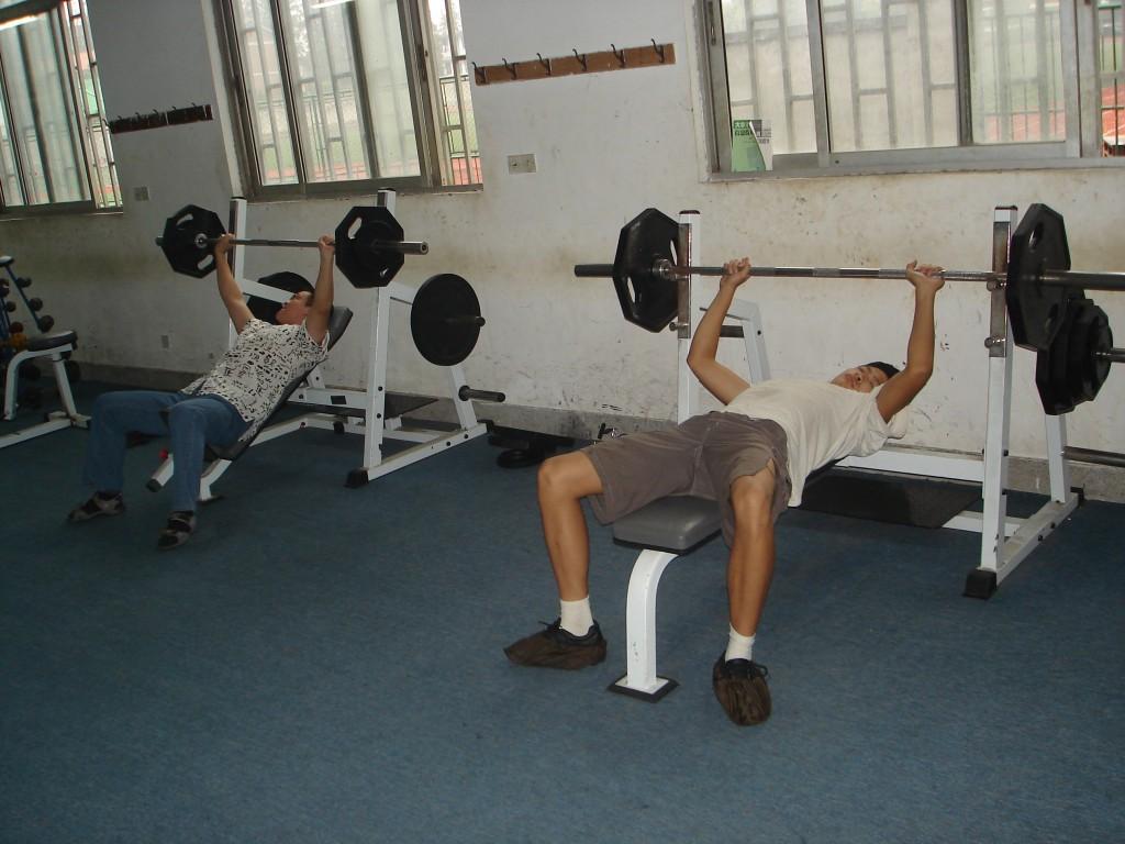 Fitnessstudio in China - an die Eisen, fertig, los