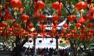 Rote Laternen und Menschenmassen im Park in Dongguan